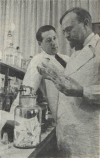 Aleksandr_Oparin_and_Andrei_Kursanov_in_enzymology_laboratory_1938