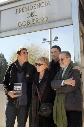 Javier Bardem hace entrega en la Moncloa de un documento con 230.000 firmas que pide al Gobierno que impulse un referéndum de autodeterminación en el Sáhara.- ULY MARTÍN.