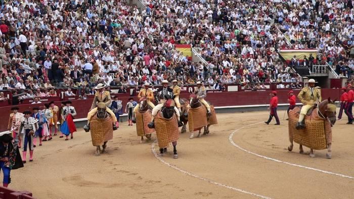 Corrida de toros vs. fiesta nacional