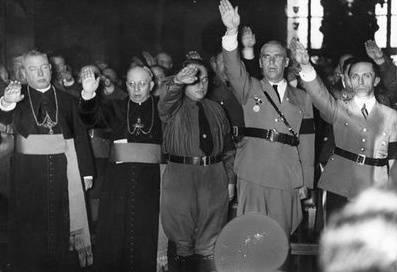 Obispos haciendo el saludo nazi.