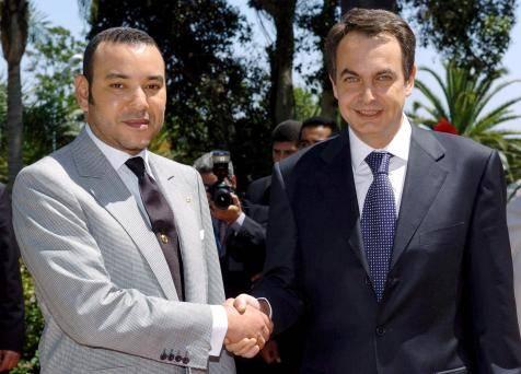 Zapatero y Mohamed VI estrechando sus manos.