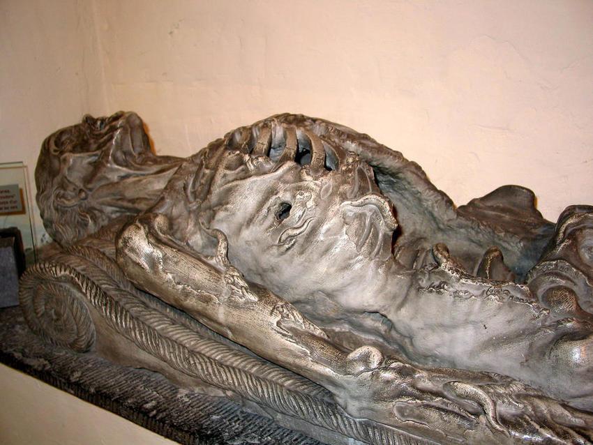 Escultura representando un cadáver