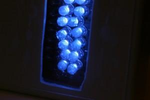 Aparato de luminoterapia azul anti-acné funcionando.