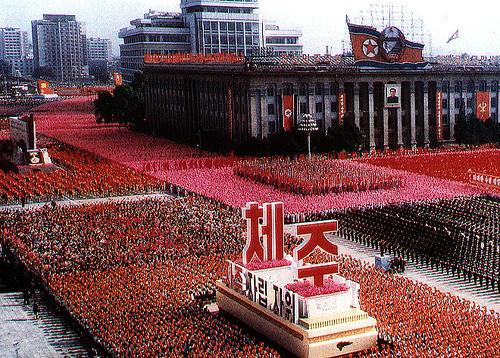 Ceremonia Norcoreana rindiiendo honores al negociador Christopher Hill, de los EE.UU.
