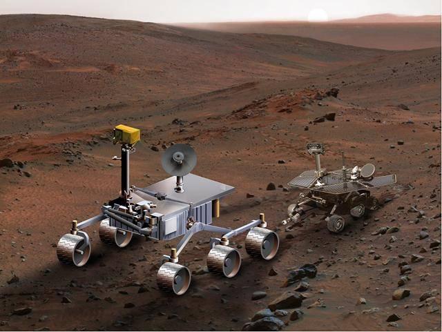 Comparativa ente el rover Curiosity a la izquierda y el modelo (Spirit , Opportunit)